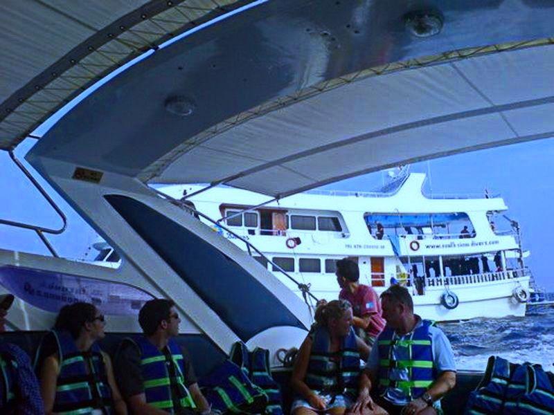 Пересадка со скоростного катера на яхту South Siam. Корабль « South Siam 3» . Дайв-сафари на Симиланских островах. Дайв центр Phuket Diving Center.