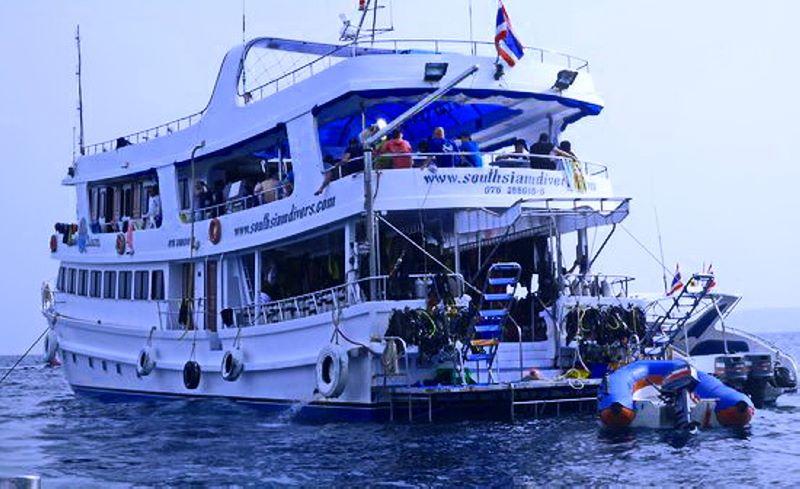 Корма корабля и лодка-зодиак Корабль « South Siam 3» . Дайв-сафари на Симиланских островах. Дайв центр Phuket Diving Center